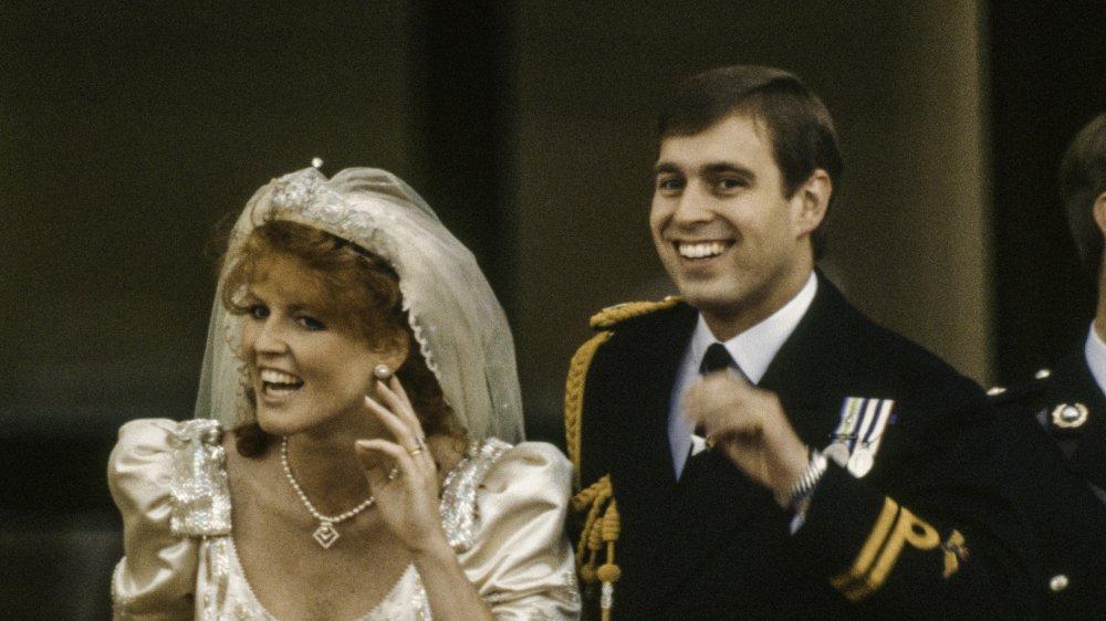 Sarah, hertuginne av York og prins Andrew, hertug av York vinker til velvillige etter bryllupet deres, London, England, 23. juli 1986.