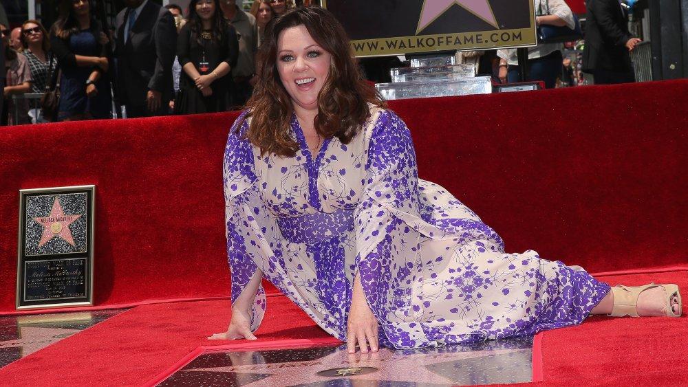 Melissa McCarthy sitter ved siden av sin stjerne på Hollywood Walk of Fame