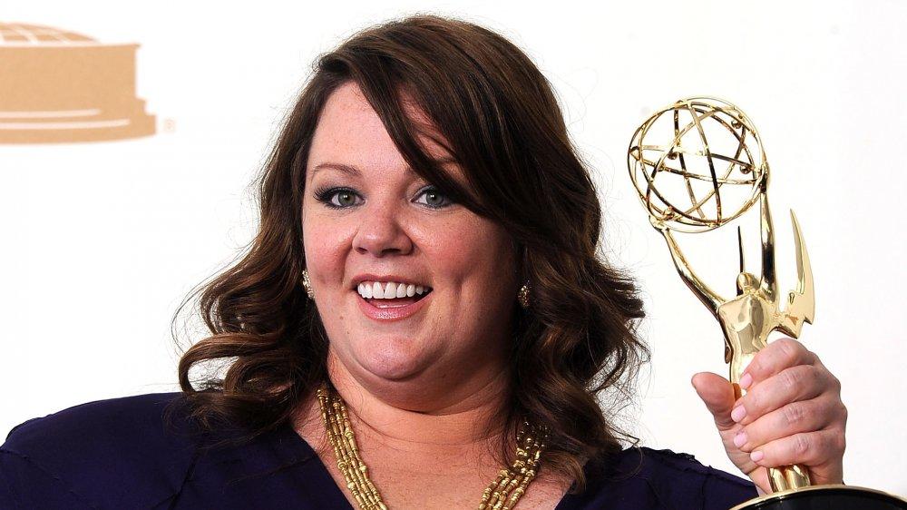 Melissa McCarthy smiler mens hun holdt Emmy-prisen i 2011