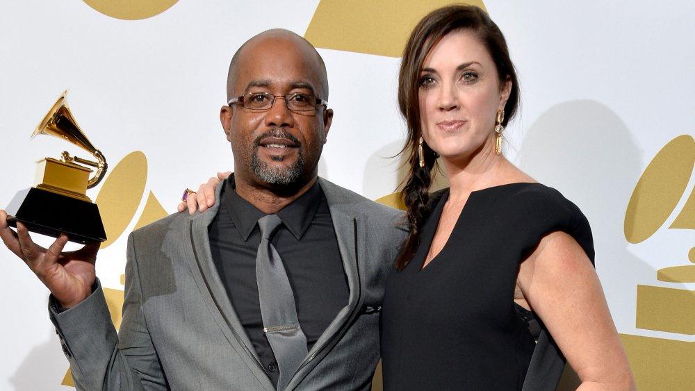 Darius Rucker og Beth Rucker poserer arm-i-arm på Grammys