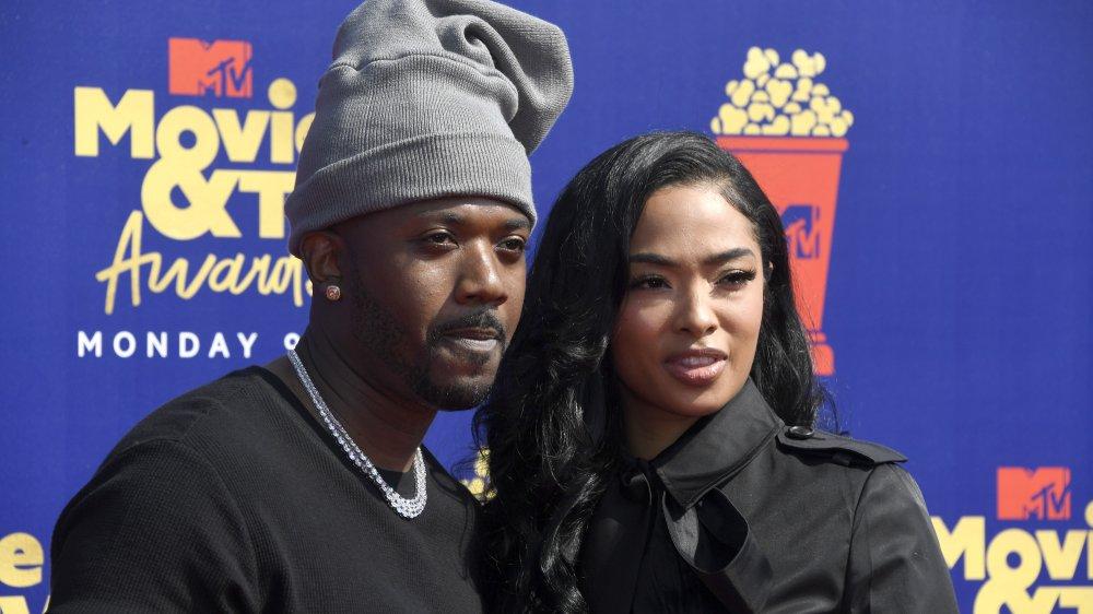 Ray J og Princess Love, iført svart og poserer arm-i-arm på den røde løperen