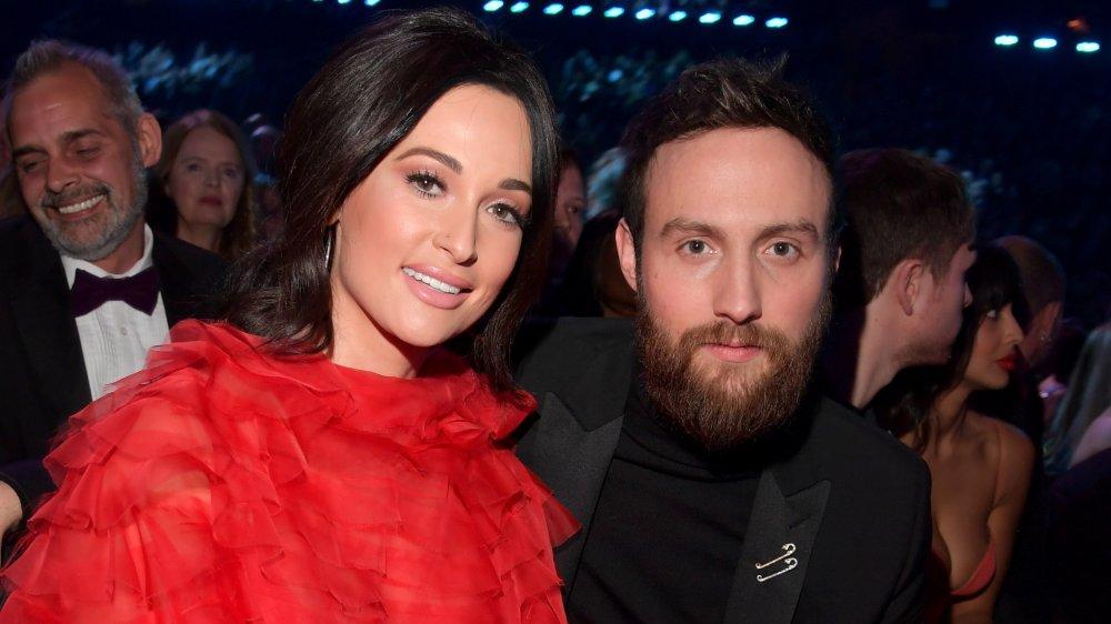 Kacey Musgraves og Ruston Kelly sitter på et prisutdelingsshow sammen