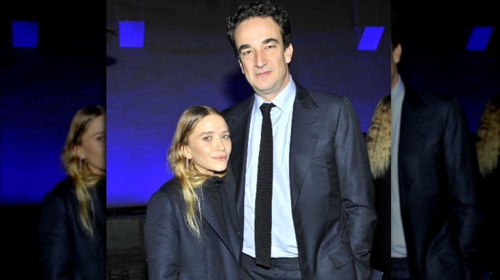 Mary-Kate Olsen og Pierre Olivier Sarkozy poserer arm-i-arm med alvorlige uttrykk