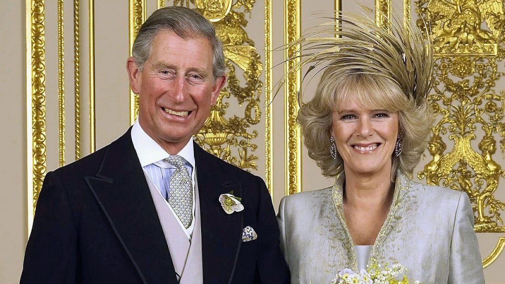 Prins Charles og Camilla Parker Bowles smiler på bryllupsdagen