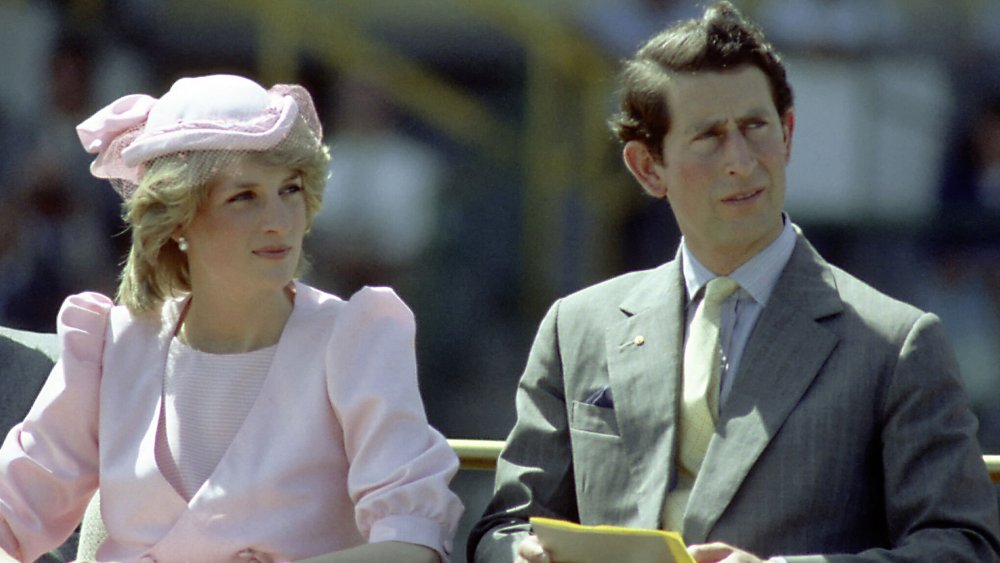 Prinsesse Diana og prins Charles, begge ser av til siden med en grimase