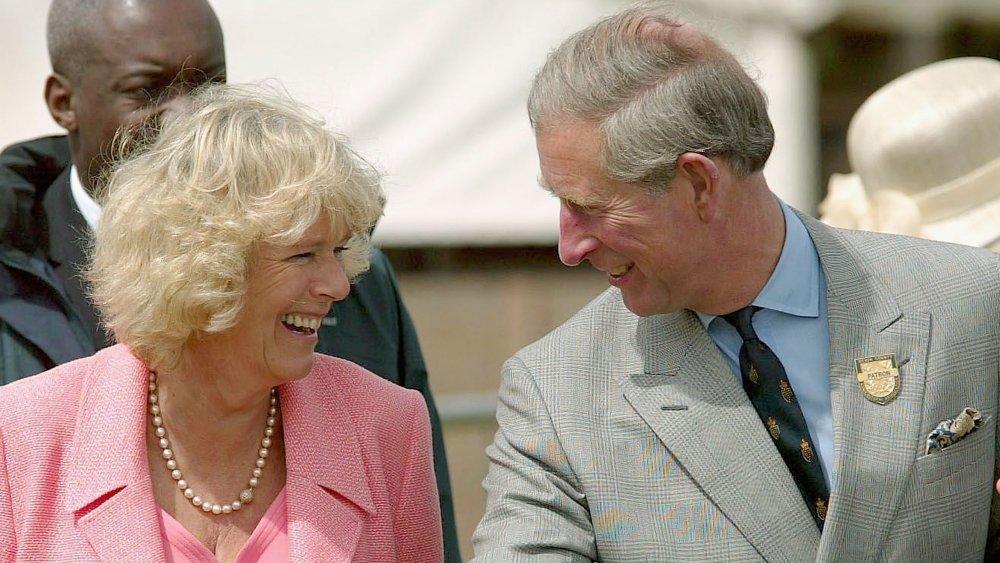 Camilla Parker Bowles og prins Charles ler sammen