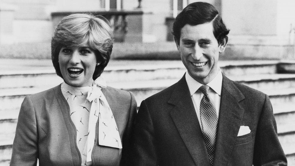Svart-hvitt bilde av prinsesse Diana og prins Charles arm i arm og smilende