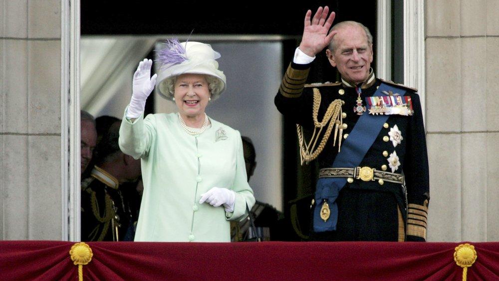 Prins Philip og dronning Elizabeth ser flypast over The Mall of British og US World War II fly fra Buckingham Palace balkong på National Commemoration Day i 2005