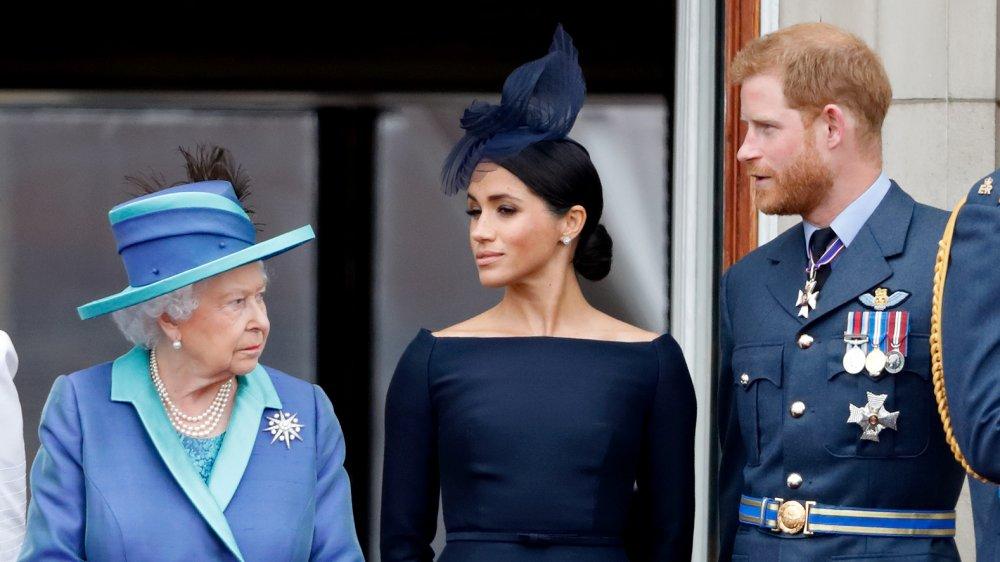 Dronning Elizabeth, Meghan Markle og prins Harry spiste en flypast for å markere hundreårsjubileet for Royal Air Force fra balkongen til Buckingham Palace i 2018