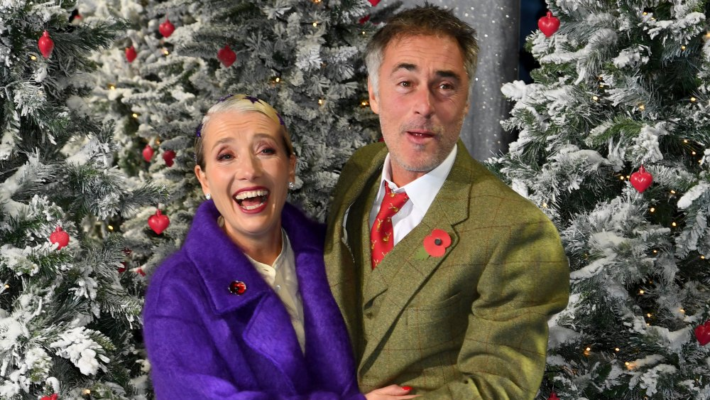Emma Thompson og Greg Wise foran juletrær