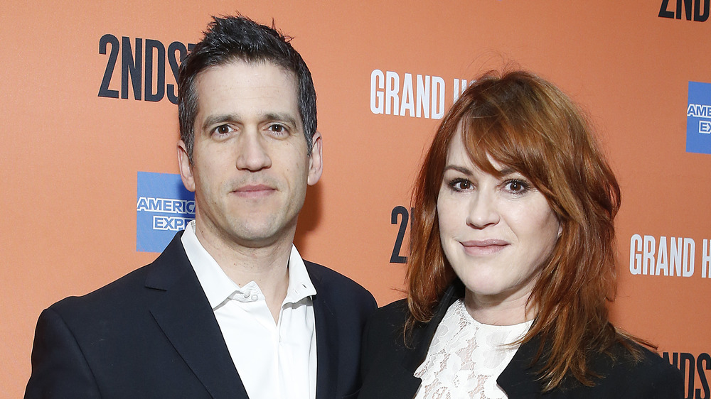 Panio Gianopoulos og Molly Ringwald smiler