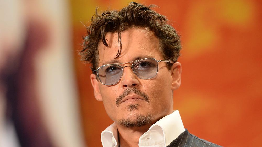 Johnny Depp i blåtonede solbriller