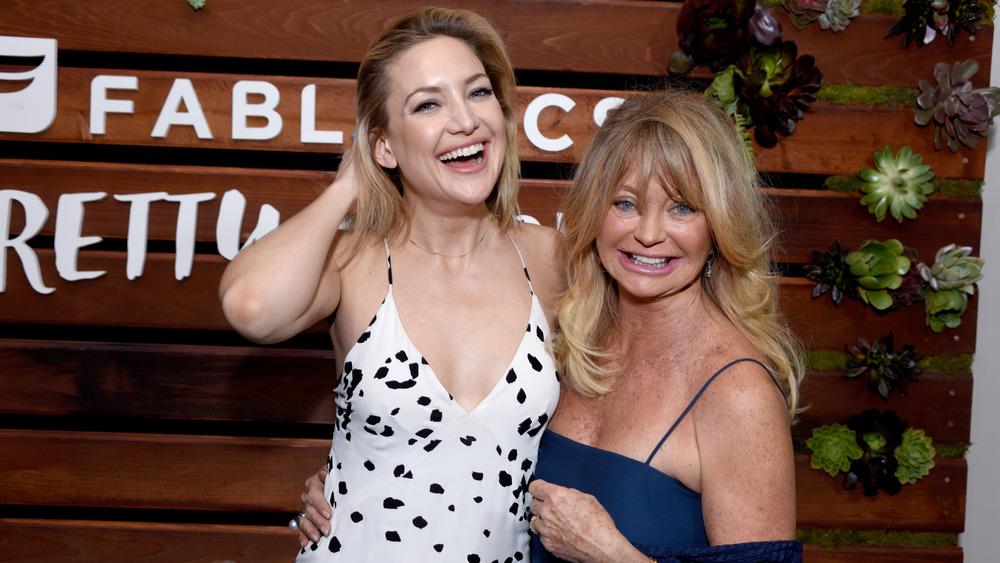 Kate Hudson og Goldie Hawn står ved siden av hverandre og ler