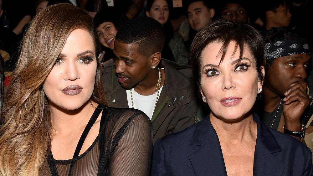 Khloe Kardashian og Kris Jenner sitter ved siden av hverandre