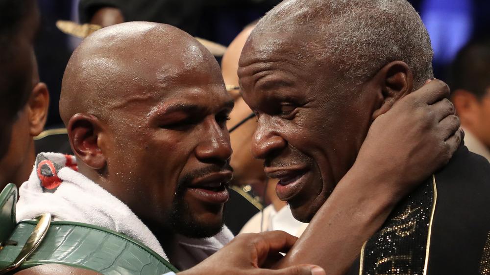 Floyd Mayweather Jr. bryter armen rundt Floyd Mayweather Sr. for en klem