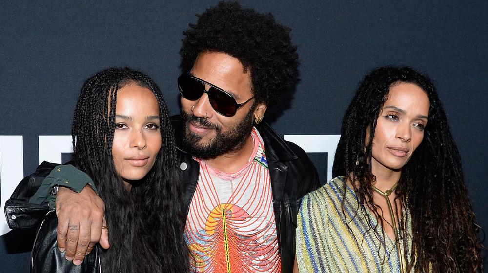 Zoe Kravitz, Lenny Kravitz og Lisa Bonet står ved siden av hverandre på den røde løperen