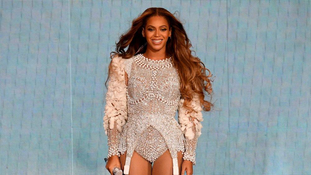 Beyonce på scenen, smilende