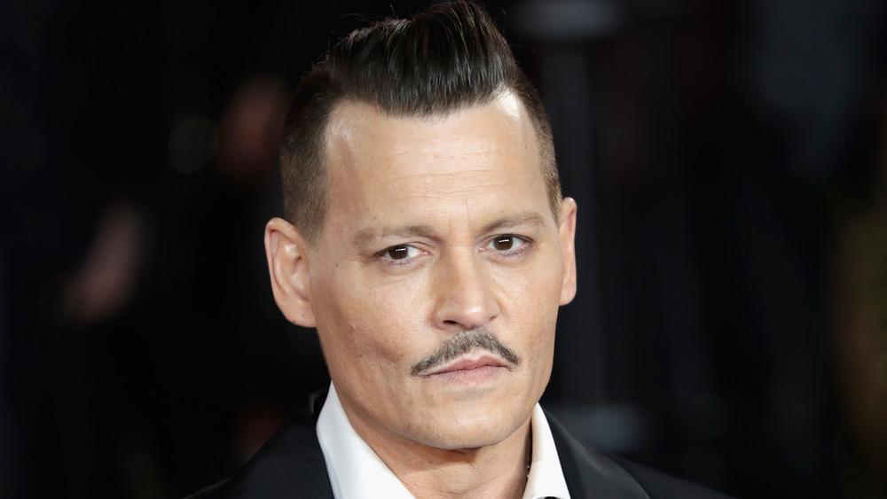 Johnny Depp ser på kameraet