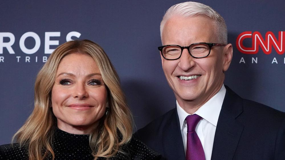Kelly Ripa og Anderson Cooper poserer på den røde løperen