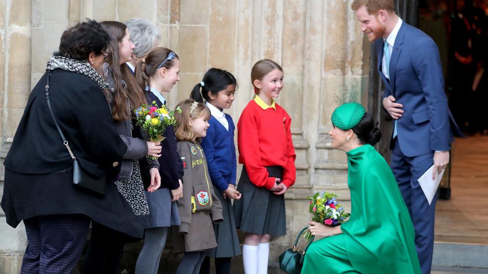 Meghan Markle og prins Harry hilser til barna