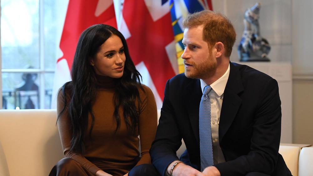 Meghan Markle og prins Harry snakker