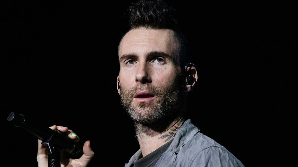 Adam Levine synger