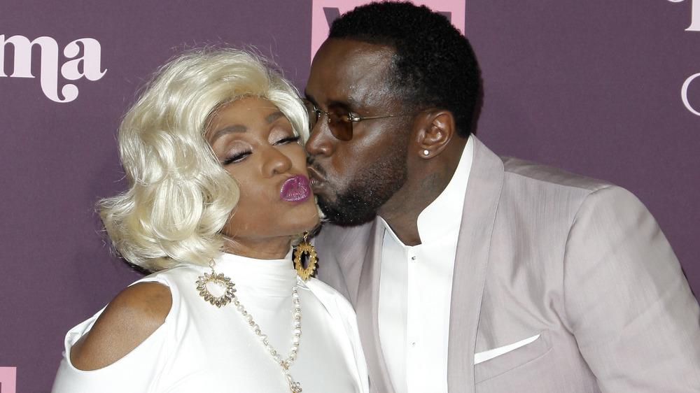 Diddy kysser moren sin Janet Combs
