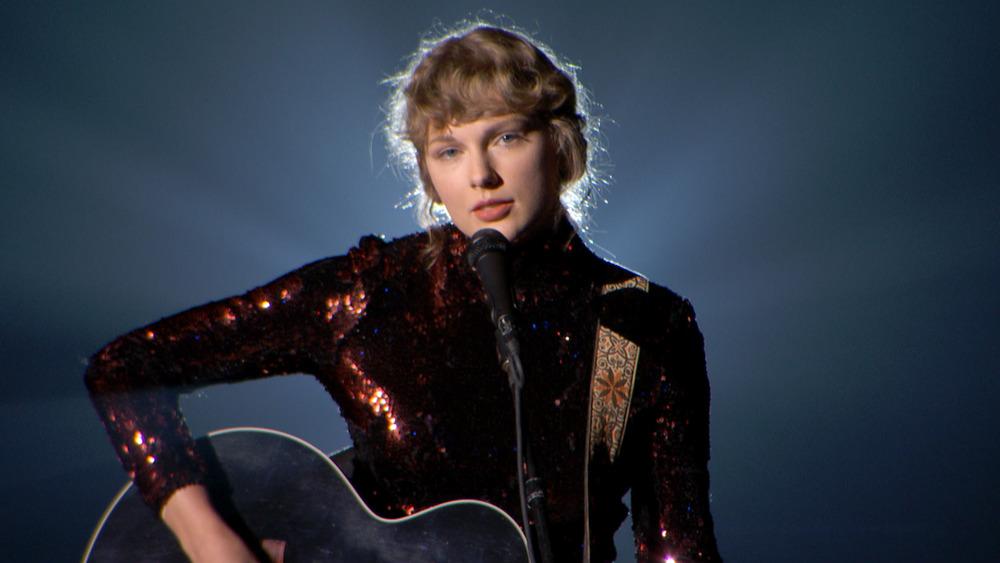 Taylor Swift utfører Betty på ACMA i 2020