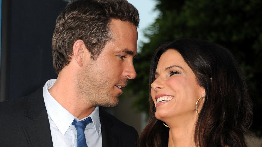 Sandra Bullock smiler Ryan Reynolds