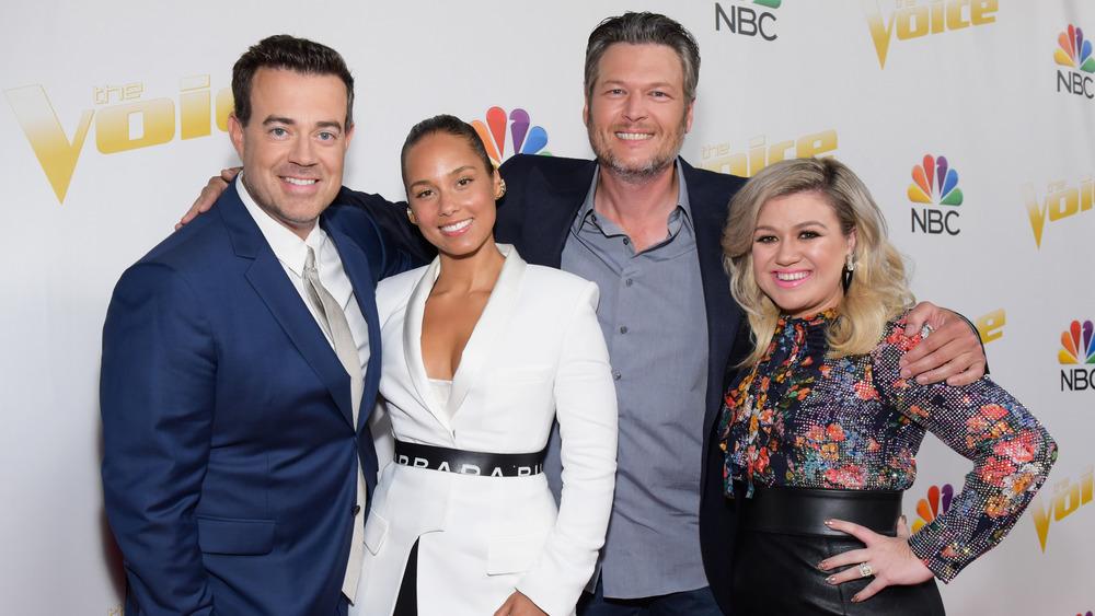 Carson Daly, Alicia Keys, Blake Shelton og Kelly Clarkson smilende