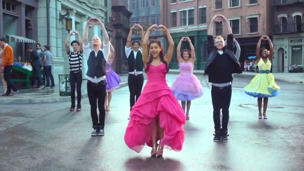 """Ariana Grande opptrer på settet med """"Put Your Hearts Up"""""""