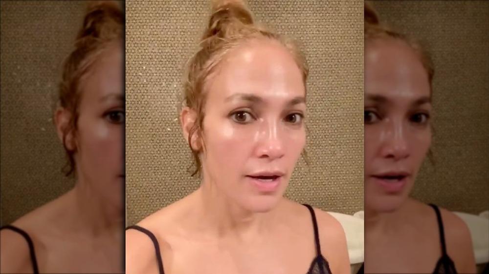 Jennifer Lopez tar en selfievideo