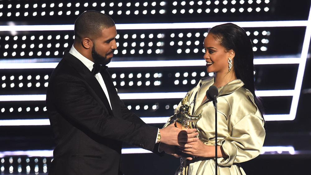 Drake gir pris til Rihanna