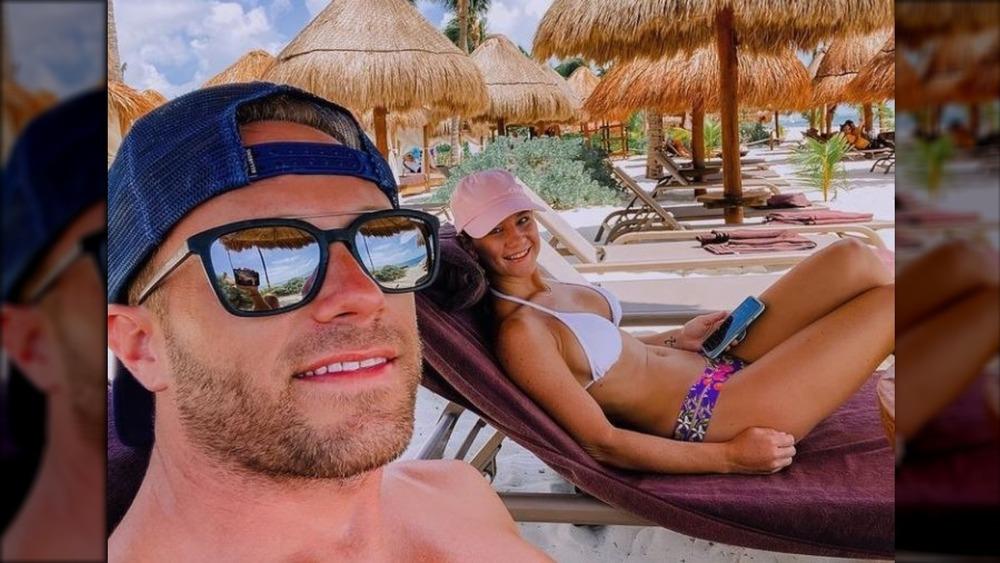 Adam og Danielle Busby på stranden
