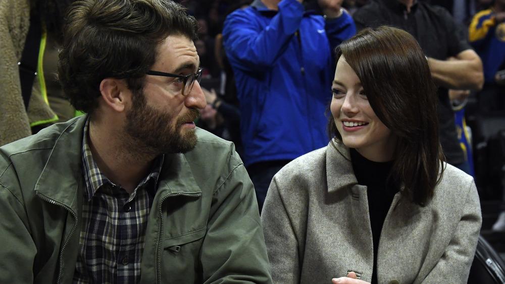 Dave McCary og Emma Stone sitter ved siden av
