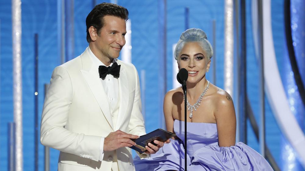 Bradley Cooper og Lady Gaga snakker sammen i en mikrofon