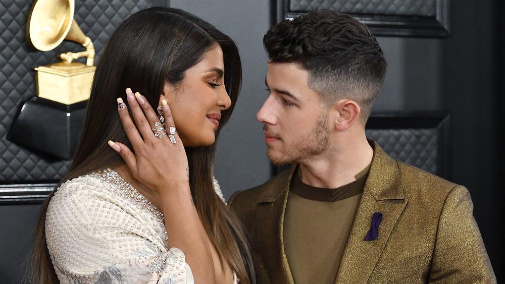 Priyanka Chopra smiler til Nick Jonas mens han ser inn i øynene hennes