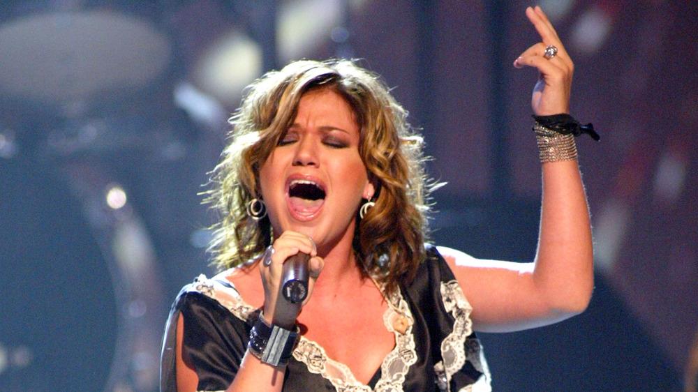 Kelly Clarkson setter seg fast i mikrofonen på scenen