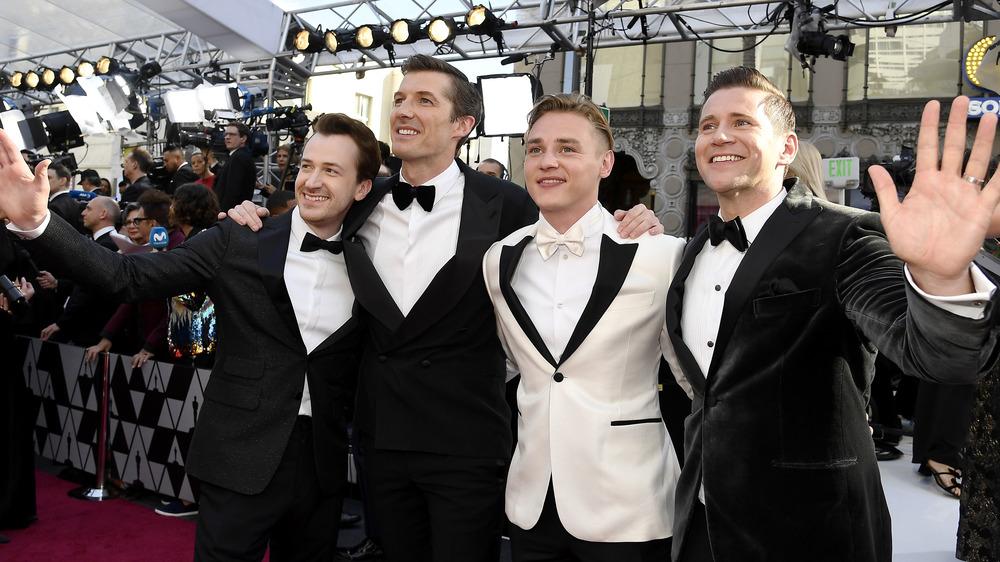 skuespillere som vinker til fansen på Oscar