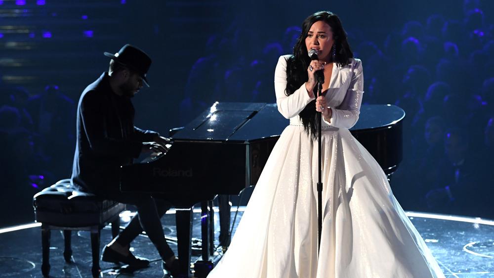 Demi Lovato synger på Grammys