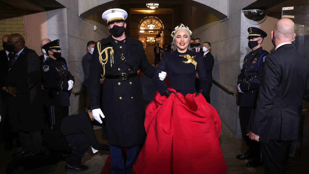 Lady Gaga med en marin eskorte