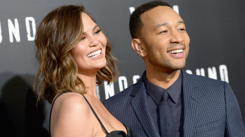 Chrissy Teigen og John Legend smiler sammen