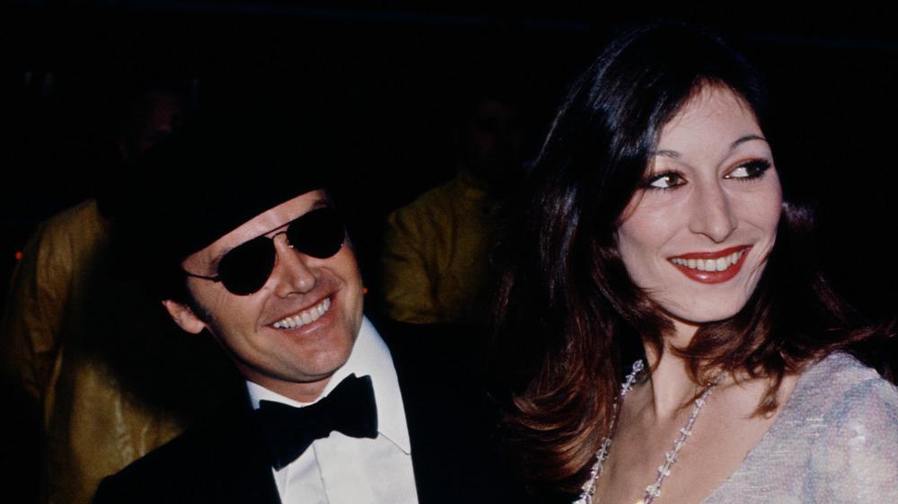 Jack Nicholson og Anjelica Huston smiler sammen