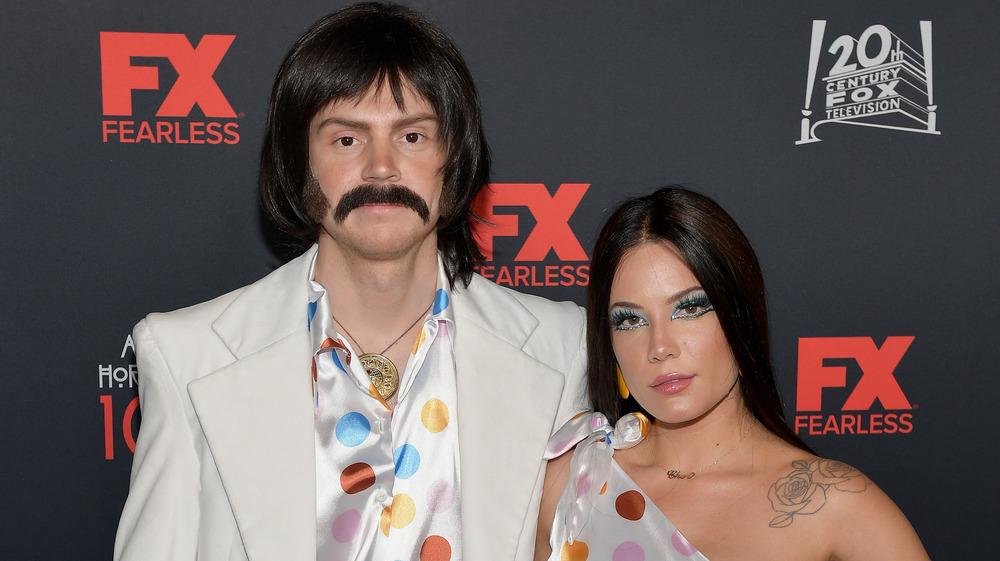 Evan Peters og Halsey i Halloween-kostymer