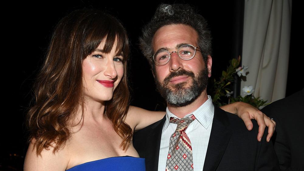 Kathryn Hahn med armen rundt Ethan Sandler