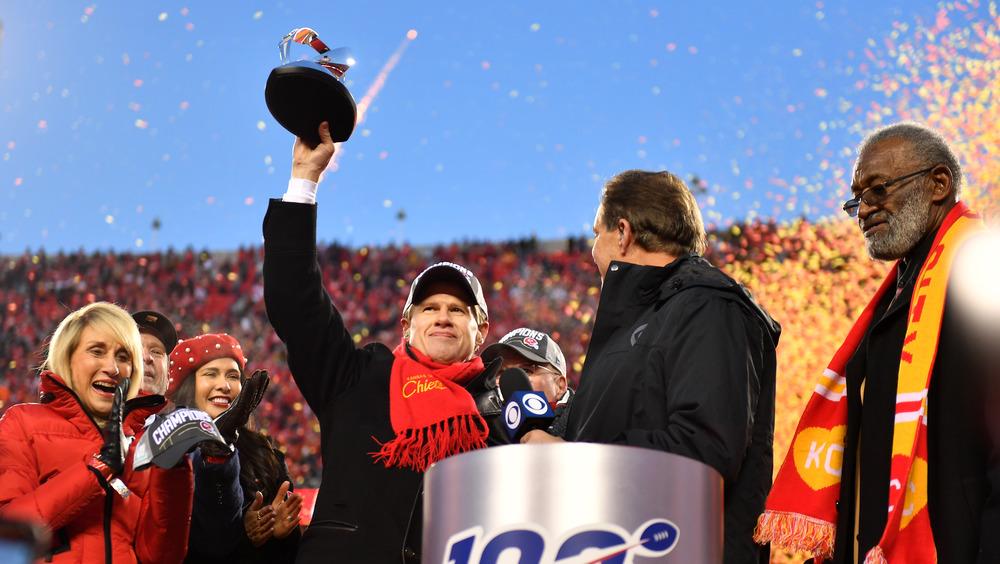 Clark Hunt holder et pokal i Super Bowl