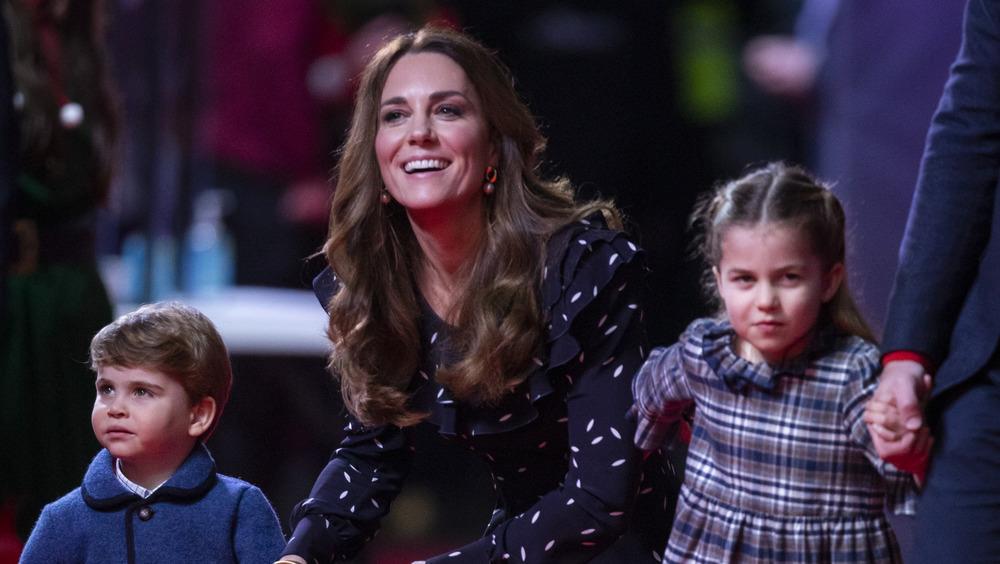 Kate Middleton kneler sammen med barna
