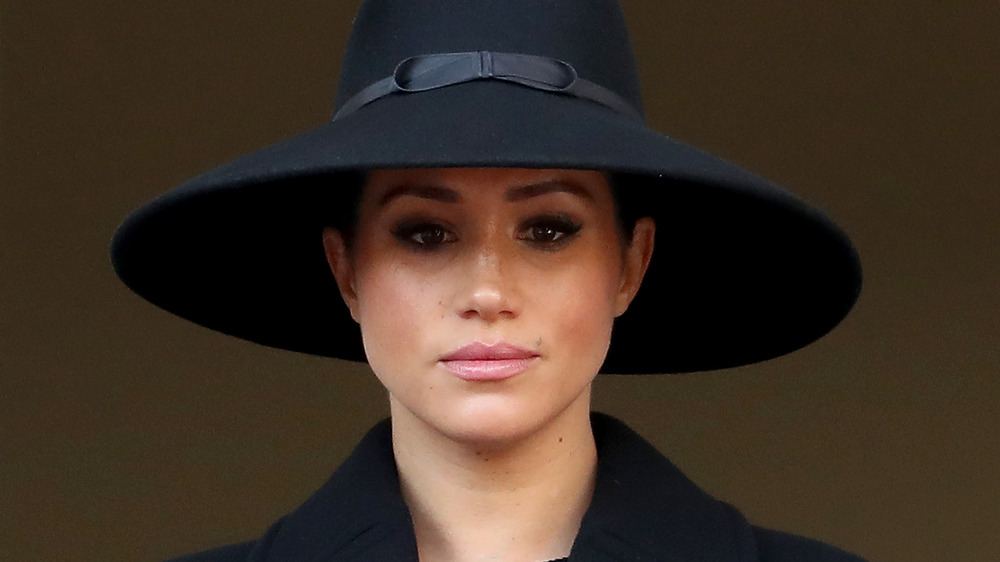 Meghan Markle, hertuginnen av Sussex, iført hatt og ser seriøs ut
