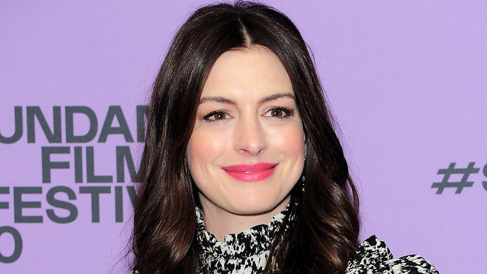 Anne Hathaway stiller på den røde løperen