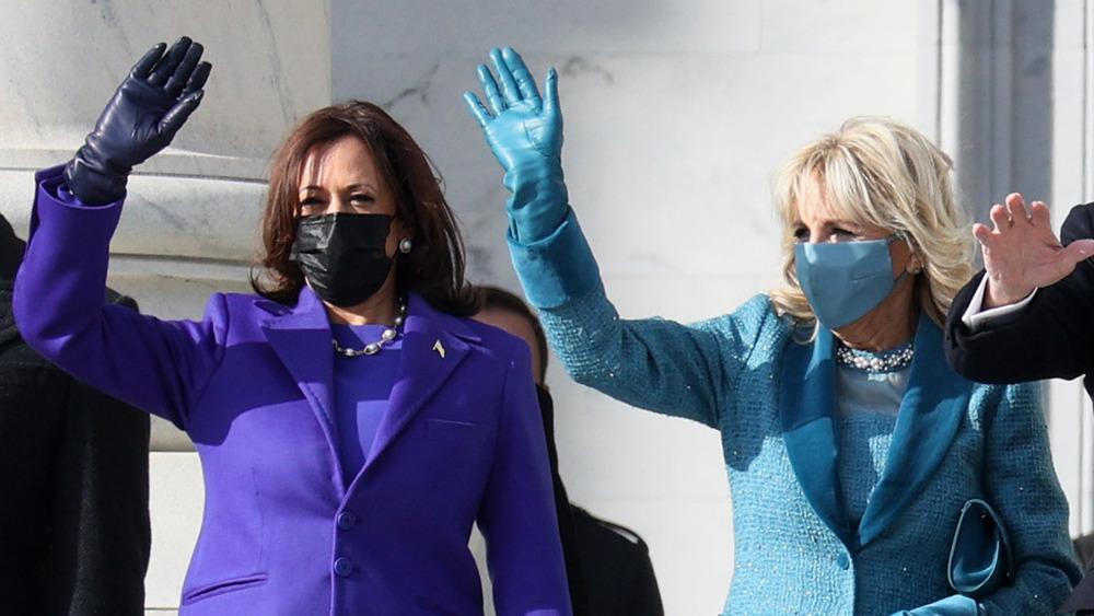 Kamala Harris og Jill Biden vinker til publikum